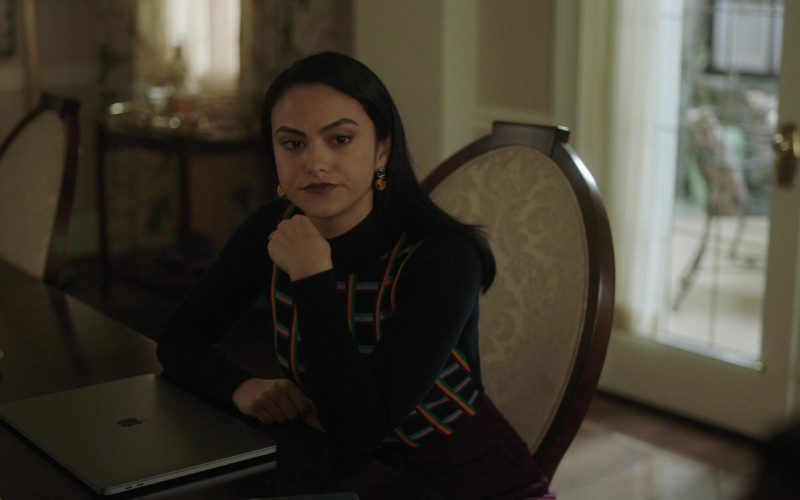 Apple MacBook Laptop Used by Cast Member Camila Mendes as Veronica Lodge in Riverdale S05E08 TV Show