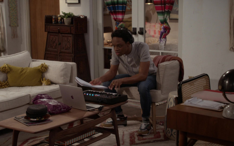 Apple MacBook Laptop of Austin Crute as Lane in Call Your Mother S01E08 California Jeanin' (2021)