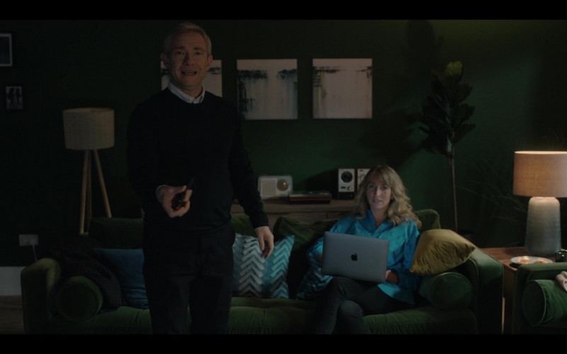 Apple MacBook Laptop of Cast Member Daisy Haggard as Ally in Breeders S02E03 (1)