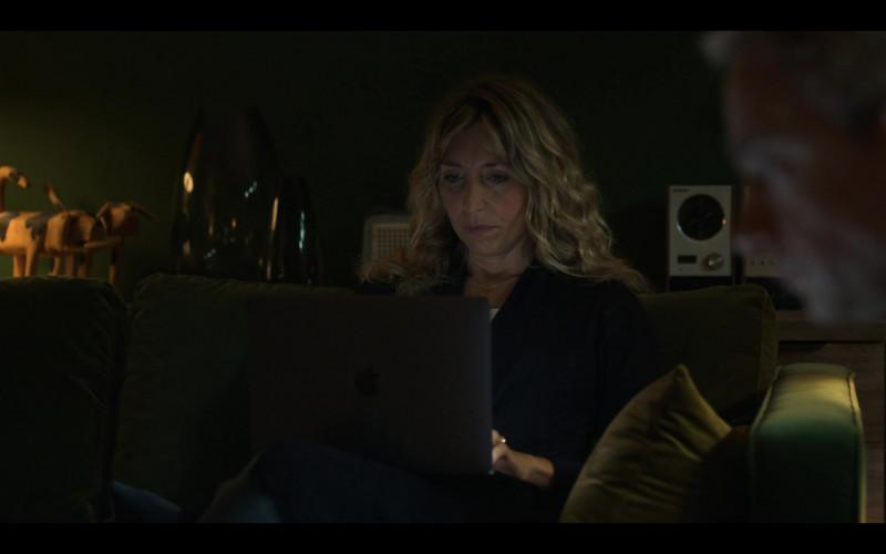 Apple MacBook Laptop of Daisy Haggard as Ally in Breeders S02E01 No Surrender (2021)