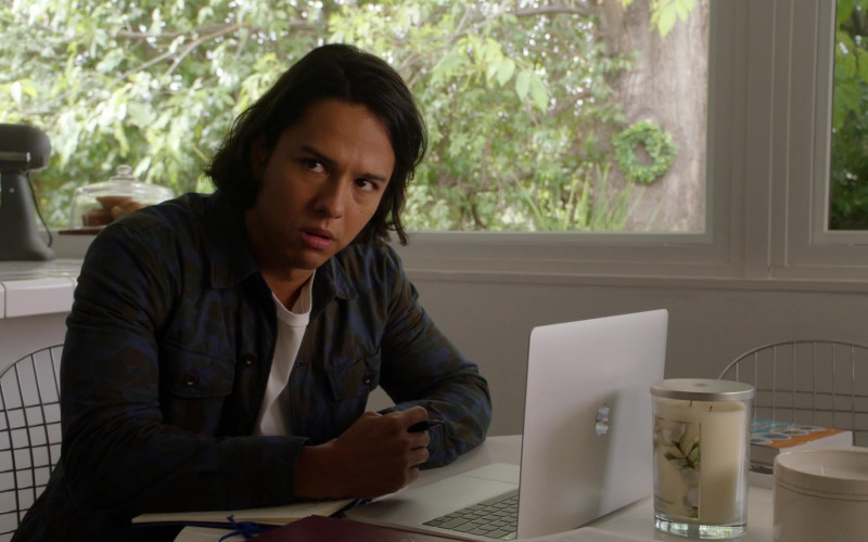Apple MacBook Laptop of Gustavo Gomez as Reed in 9-1-1 S04E07 There Goes the Neighborhood (2021)