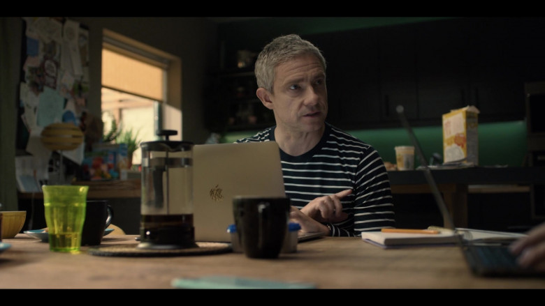 Apple MacBook Laptop of Martin Freeman as Paul Worsley in Breeders S02E03 No Connection (2021)
