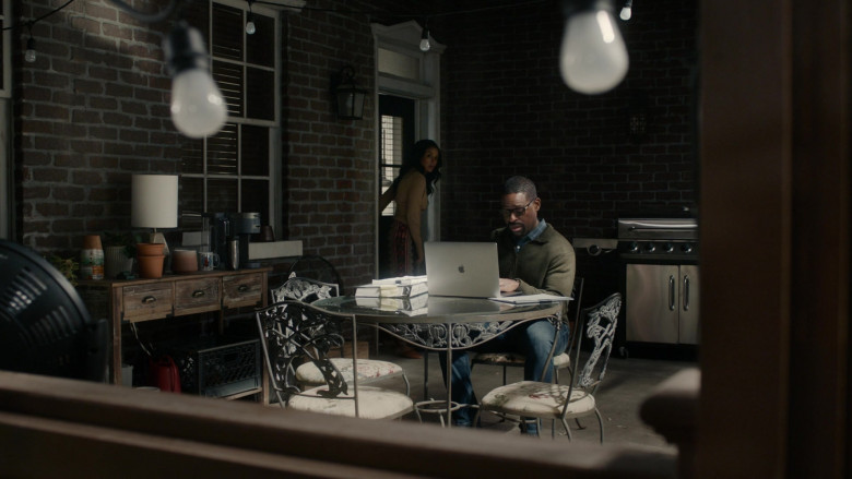 Apple MacBook Laptop of Sterling Kelby Brown as Randall Pearson in This Is Us S05E10 (1)