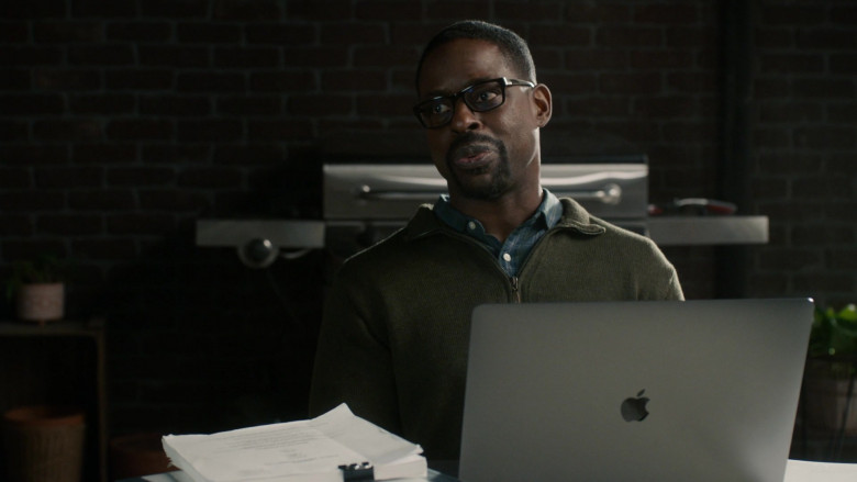 Apple MacBook Laptop of Sterling Kelby Brown as Randall Pearson in This Is Us S05E10 (2)