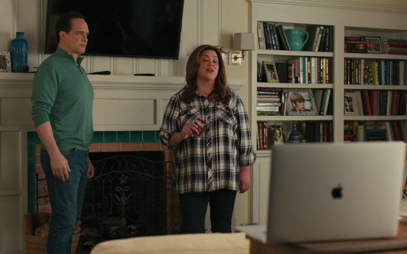Apple MacBook Pro Laptop Used by Diedrich Bader & Katy Mixon in American Housewife S05E11 The Guardian (1)