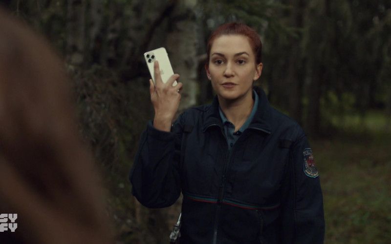 Apple iPhone Smartphone in Wynonna Earp S04E10 Life Turned Her That Way (2021)