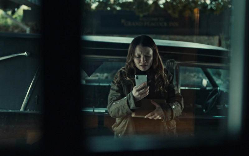 Apple iPhone Smartphone of Emily Browning as Laura Moon in American Gods S03E08 (1)