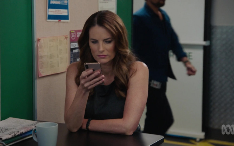 Apple iPhone Smartphone of Jolene Anderson as Dr. Grace Molyneux in Harrow S03E07 TV Show (1)