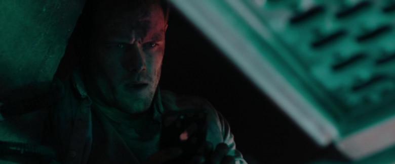Apple iPhone Smartphone of Sam Heughan as Tom Buckingham in SAS Red Notice (2021)