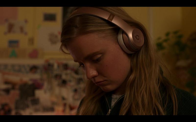 Beats Solo 3 Wireless On-Ear Headphones of Hadley Robinson as Vivian Carter in Moxie (2021)