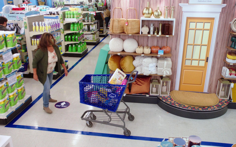 Bounty Paper Towels in Superstore S06E14 Perfect Store (2021)