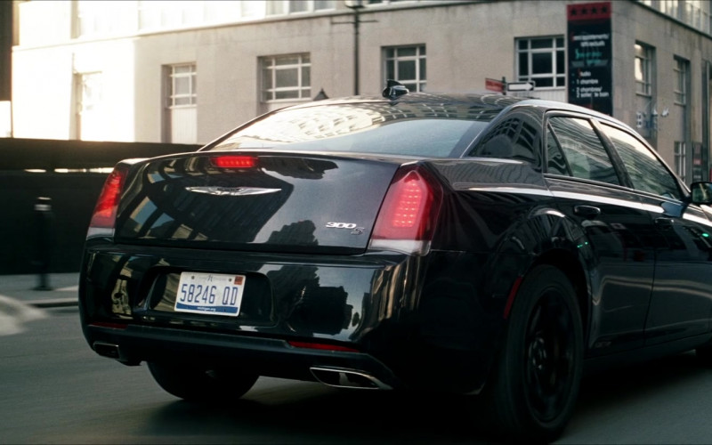 Chrysler 300 Car in Crisis (1)