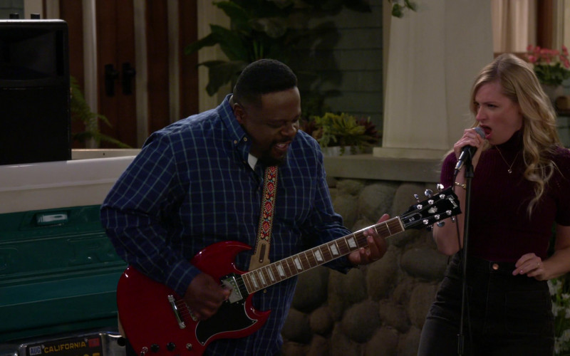 Gibson Guitar of Cedric the Entertainer in The Neighborhood S3E11 Welcome to the Dad Band (2021)
