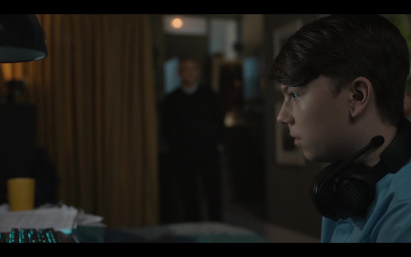 JBL Black Headset of Alex Eastwood as Luke in Breeders S02E03 No Connection (2021)