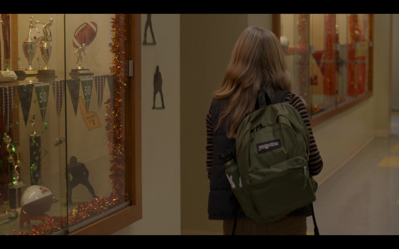 JanSport Backpack of Hadley Robinson as Vivian Carter in Moxie Movie (6)