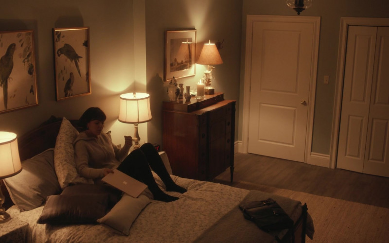 Microsoft Surface Laptop of Serinda Swan as Dr. Jenny Cooper in Coroner S03E05 (1)