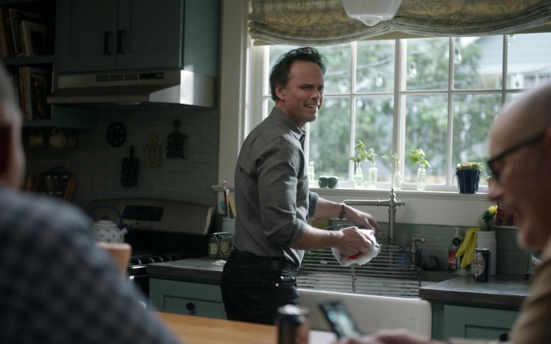 Mort's Trophy Lager Can of Walton Goggins as Wade in The Unicorn S02E11 So Far Away (2021)