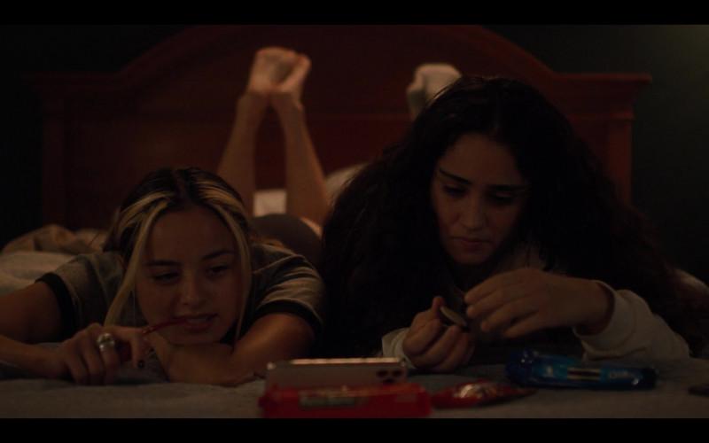 Oreo Cookies in Generation S01E07 Desert Island (2021)