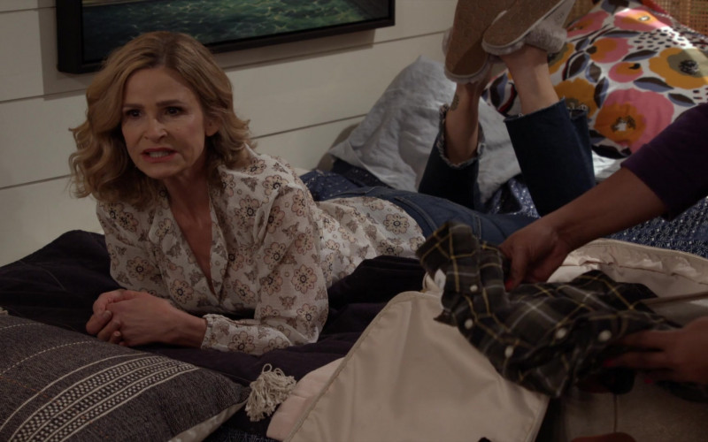 UGG Women's Scuffette II Slippers of Kyra Sedgwick as Jean Raines in Call Your Mother S01E08 TV Show (1)