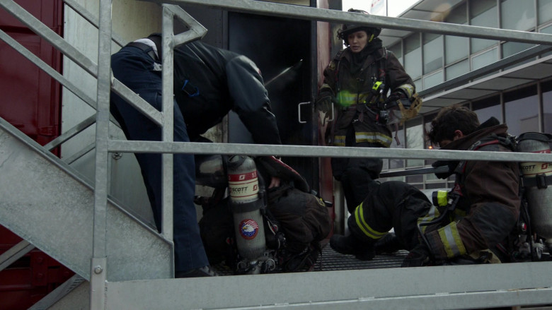 3M Scott Air-Pak SCBA Respiratory Protection Used by Firefighters in Chicago Fire S09E11 2021 (4)
