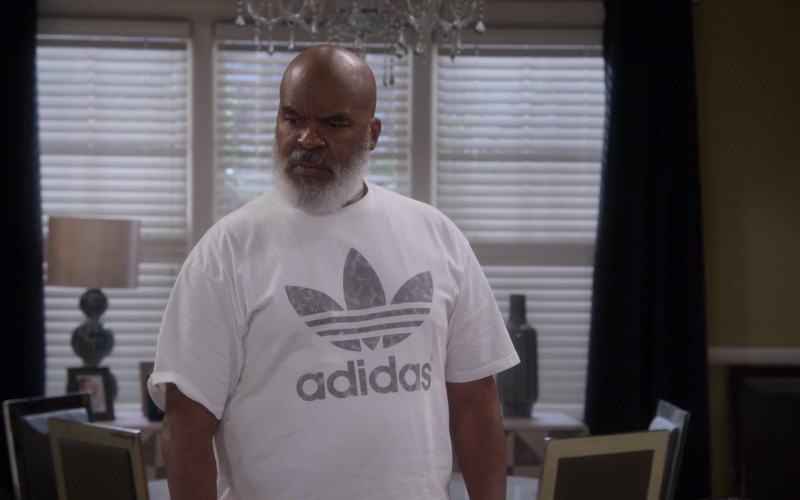Adidas White T-Shirt of David Alan Grier as Pops in Dad Stop Embarrassing Me! S01E08 (2)