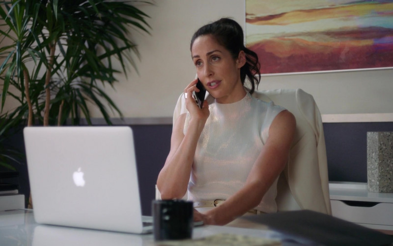 Apple MacBook Laptop Used by Catherine Reitman as Kate Foster in Workin' Moms S05E08 2021 TV Show (1)