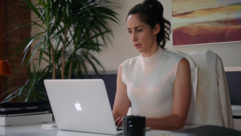 Apple MacBook Laptop Used by Catherine Reitman as Kate Foster in Workin' Moms S05E08 2021 TV Show (2)