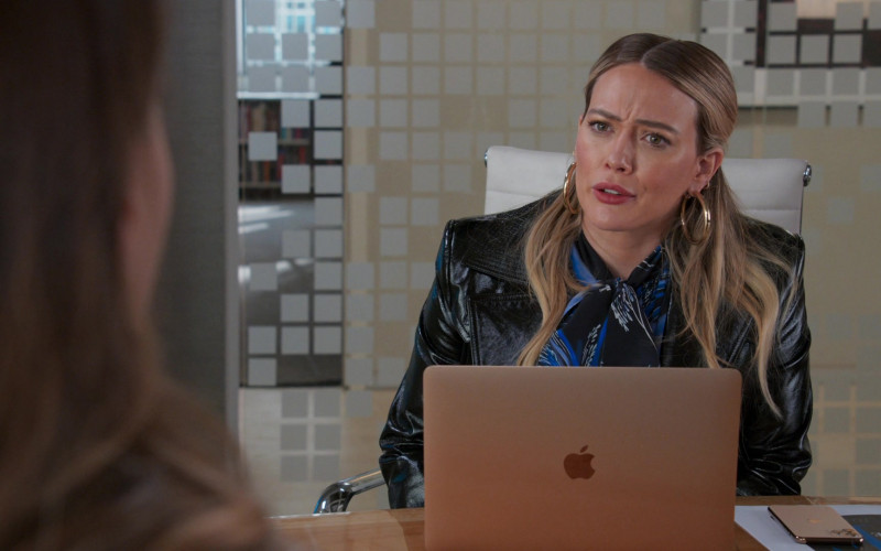 Apple MacBook Laptop and iPhone Smartphone of Hilary Duff as Kelsey Peters in Younger S07E05 (2)
