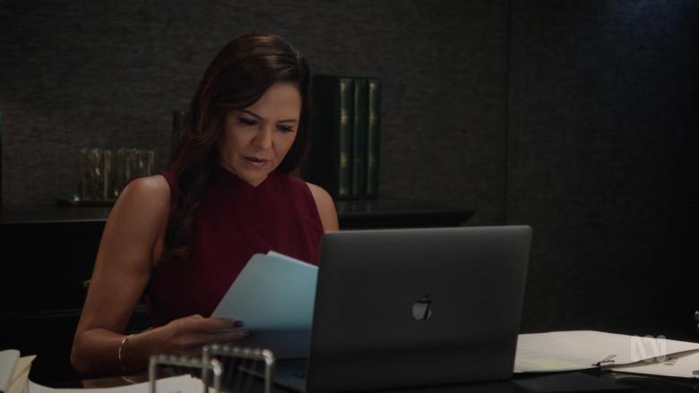 Apple MacBook Laptop in Harrow S03E09 (2)