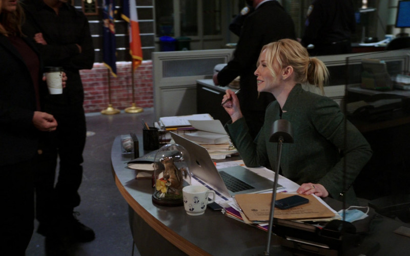 Apple MacBook Laptop in Law & Order Special Victims Unit S22E10 Welcome to the Pedo Motel (2021)