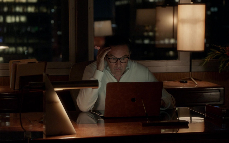 Apple MacBook Laptop in The Rookie S03E10 Man of Honor (2021)