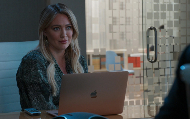 Apple MacBook Laptop of Hilary Duff as Kelsey Peters in Younger S07E04 Risky Business (2021)
