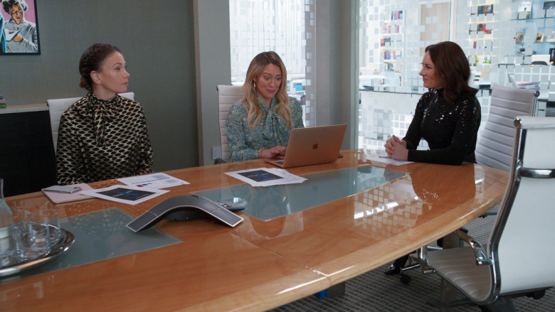 Apple MacBook Laptop of Hilary Duff as Kelsey Peters in Younger S07E06 TV Show 2021 (1)