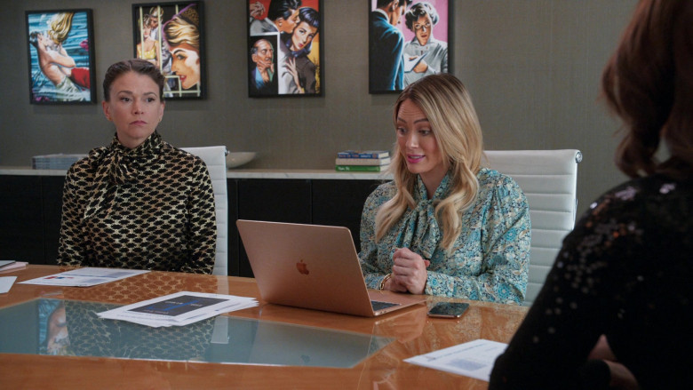Apple MacBook Laptop of Hilary Duff as Kelsey Peters in Younger S07E06 TV Show 2021 (2)