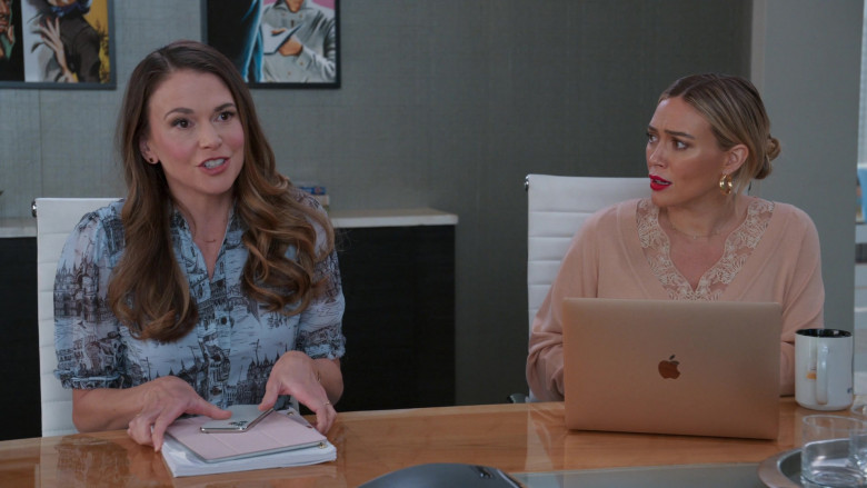 Apple MacBook Laptop of Hilary Duff as Kelsey Peters in Younger S07E06 TV Show 2021 (3)