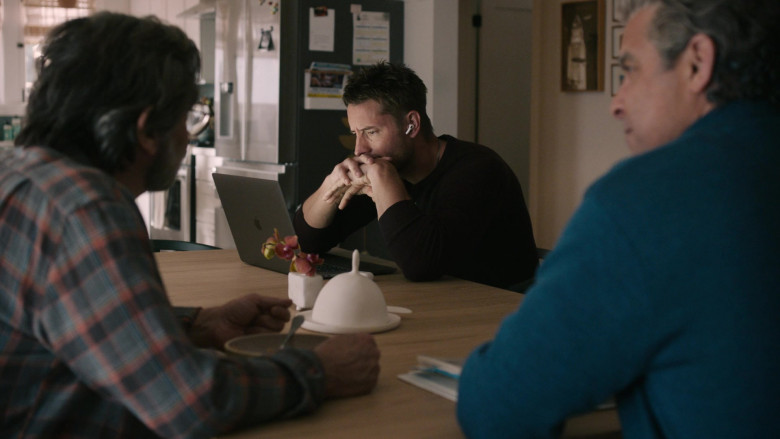 Apple MacBook Laptop of Justin Hartley as Kevin Pearson in This Is Us S05E12 TV Show 2021 (1)