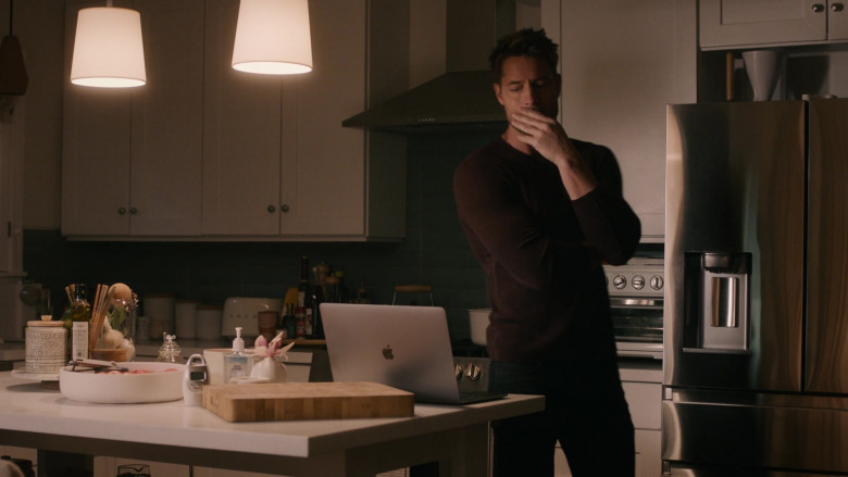 Apple MacBook Laptop of Justin Hartley as Kevin Pearson in This Is Us S05E12 TV Show 2021 (4)