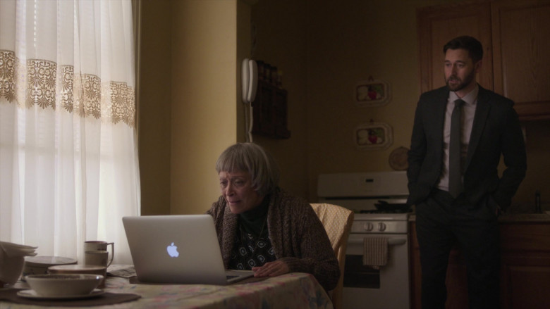 Apple MacBook Laptops in New Amsterdam S03E09 (1)