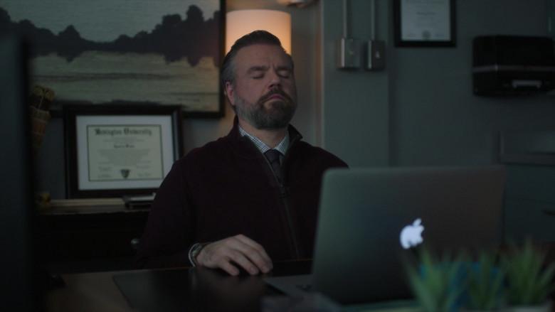 Apple MacBook Laptops in New Amsterdam S03E09 (3)