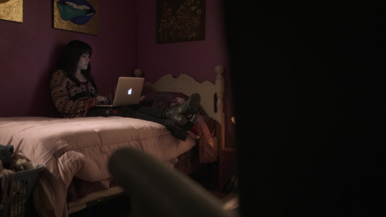 Apple MacBook Laptops in New Amsterdam S03E09 (4)
