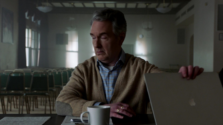 Apple MacBook Pro Laptop in Chicago Fire S09E10 TV Show (2)