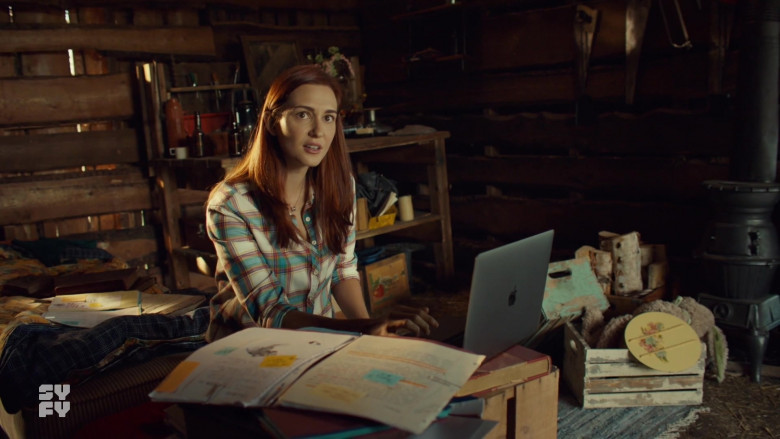 Apple MacBook Pro Laptop in Wynonna Earp S04E12 TV Show 2021 (1)