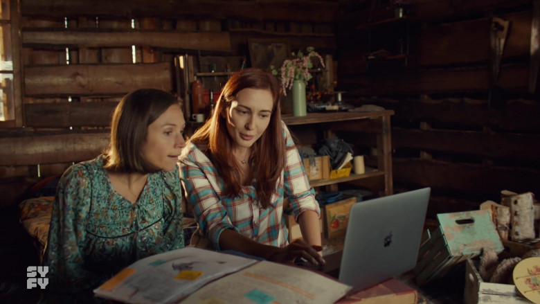 Apple MacBook Pro Laptop in Wynonna Earp S04E12 TV Show 2021 (2)