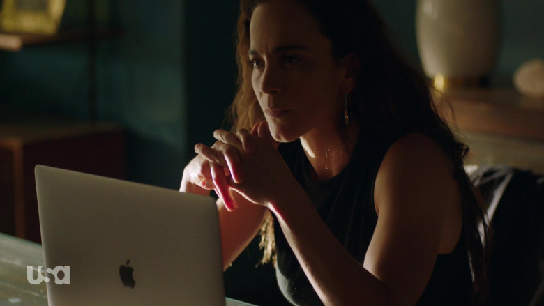 Apple MacBook Pro Laptop of Alice Braga as Teresa Mendoza in Queen of the South S05E04 (1)
