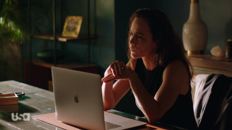 Apple MacBook Pro Laptop of Alice Braga as Teresa Mendoza in Queen of the South S05E04 (3)