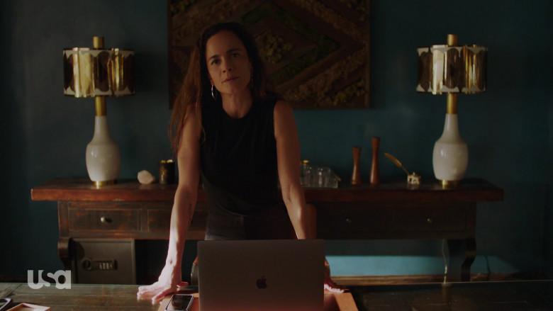 Apple MacBook Pro Laptop of Alice Braga as Teresa Mendoza in Queen of the South S05E04 (4)