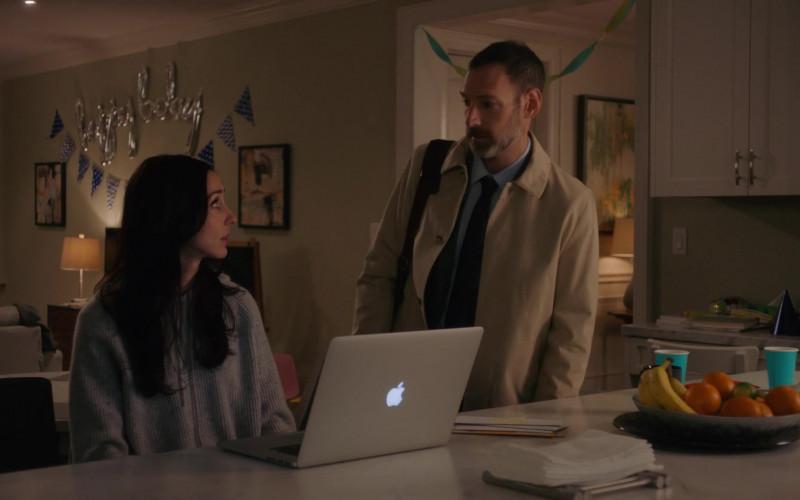 Apple MacBook Pro Laptop of Catherine Reitman as Kate Foster in Workin' Moms S05E09 Blue Angel (1)