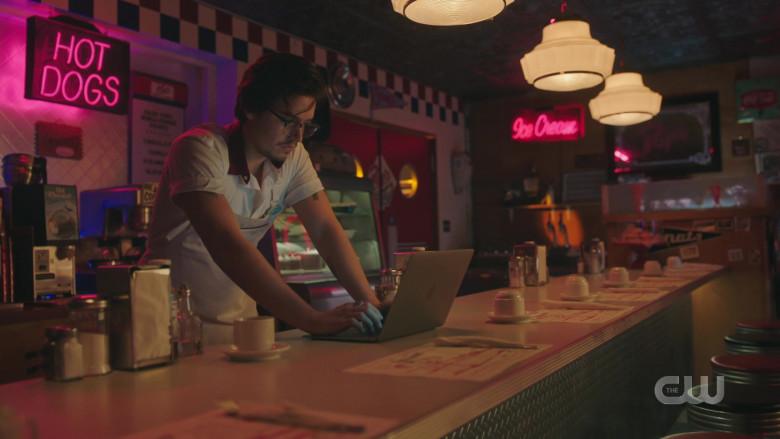 Apple MacBook Pro Laptop of Cole Sprouse as Jughead Jones in Riverdale S05E10 TV Show (1)