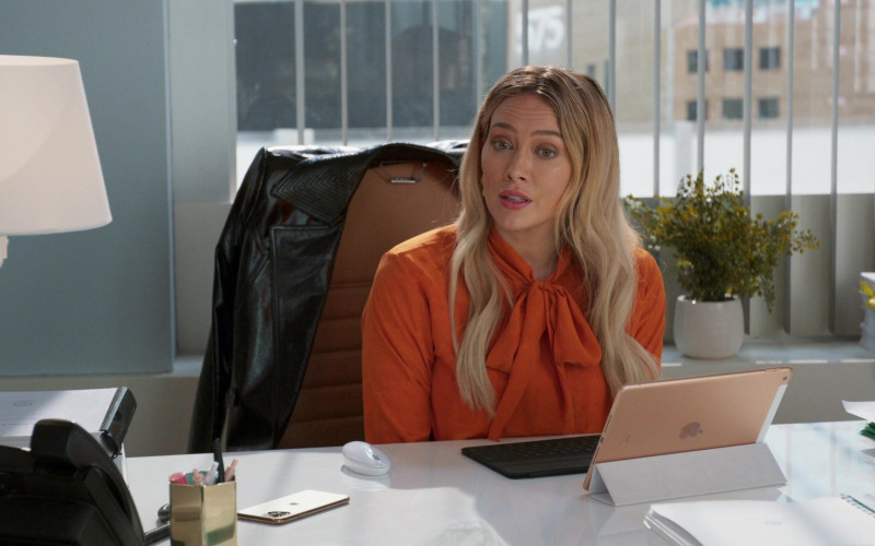 Apple iPad Tablet of Hilary Duff as Kelsey Peters in Younger S07E04 Risky Business (2021)