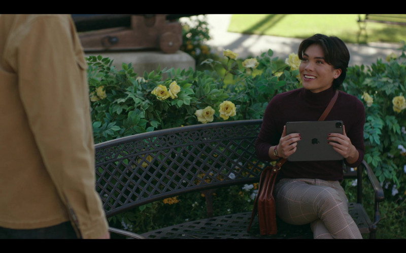 Apple iPad Tablet of Jesse Leigh as Bobbie Yang in Rutherford Falls S01E06 Negotiations (2021)